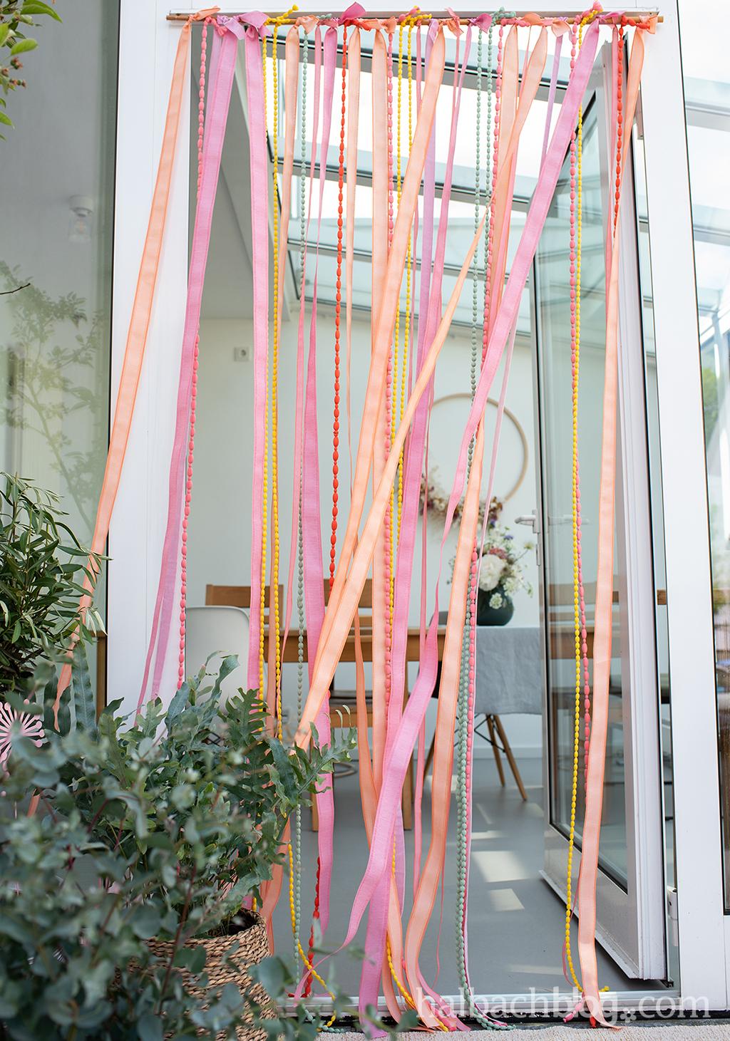 Halbachblog I Outdoor I Sommer I DIY Bändervorhang für die Tür I bunt I wetterfeste Bänder