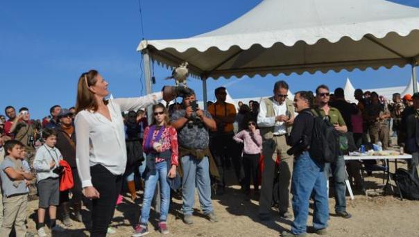 La alcaldesa de Osuna, Rosario Andújar, preparando el vuelo de honor en la pasada edición - ABC
