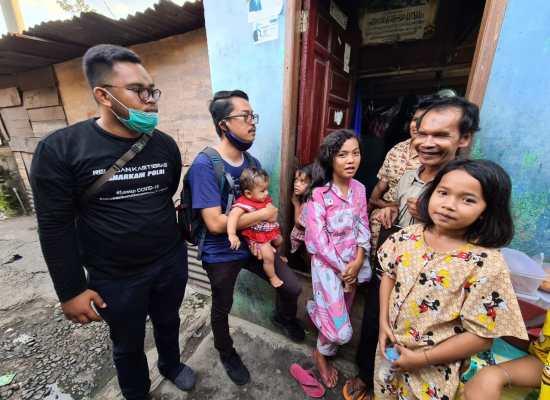 Kabaharkam Polri Bantu Keluarga Pengamen Tunanetra di Medan