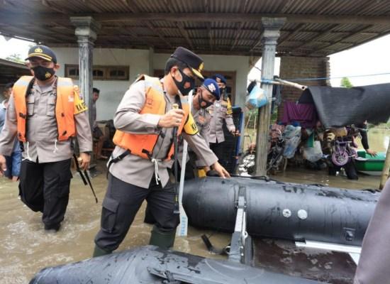 Kapolda Jatim  Berikan Bantuan Sosial ke Korban Banjir Jombang dan Bentuk Satgas Bencana