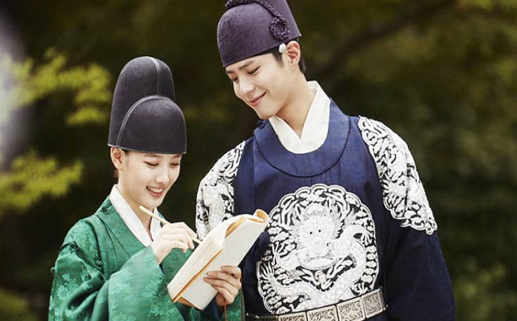 """Park Bo-gum in character as Crown Prince Hyomyeong or Lee Yeong with co-star Kim Yoo-jung in """"Love in the Moonlight."""""""