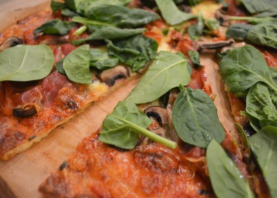 Pizza med lufttorkad skinka (botten utan nötmjöl)