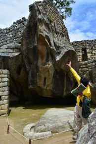 Vår guide Richard berättar inlevelsefullt om concorden som stenen ska efterlikna.