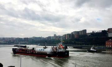 Pruebas de suministro de GNL de un buque a otro en el Puerto de Bilbao