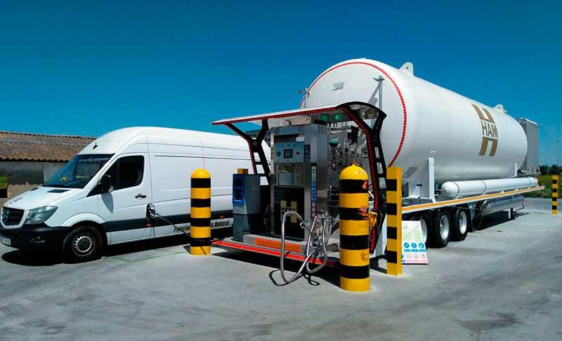 La estación móvil de HAM Sevilla permite repostar gas natural licuado y gas natural comprimido