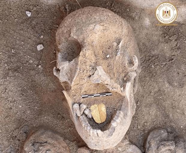 سونے کا ملمع چڑھا زبان کی شکل کا تعویذ٬ دو ہزار سال پرانی عجیب و غریب ممیوں کی دریافت 1