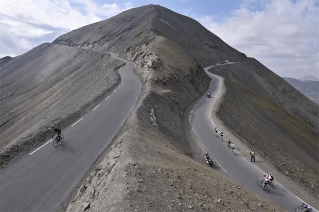 کہیں آتش فشاں کا کنارا تو کہیں حد رفتار... دنیا کی چند حیرت انگیز اور خوبصورت ترین پہاڑی سڑکیں 2