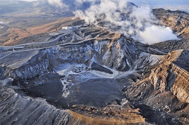 کہیں آتش فشاں کا کنارا تو کہیں حد رفتار... دنیا کی چند حیرت انگیز اور خوبصورت ترین پہاڑی سڑکیں 5