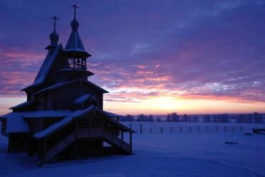 Храм святых апостолов Петра и Павла в Карпогорах зимой.