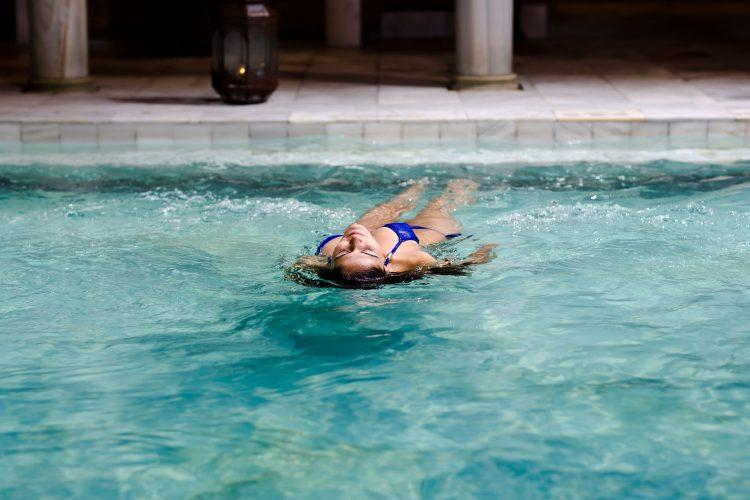 El baño caliente como fuente de salud física y mental