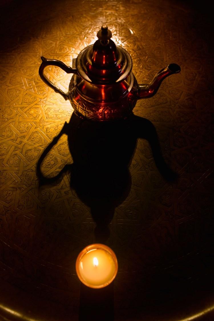 En Al Ándalus cada elemento de la naturaleza tenía un peso importante. El agua, además de purificar el cuerpo y el alma, era un componente fundamental durante la limpieza y el disfrute que todavía hoy día experimentamos en nuestra experiencia hammam. Pero además, era la protagonista de un ritual que conservamos hasta nuestros días, el del té.