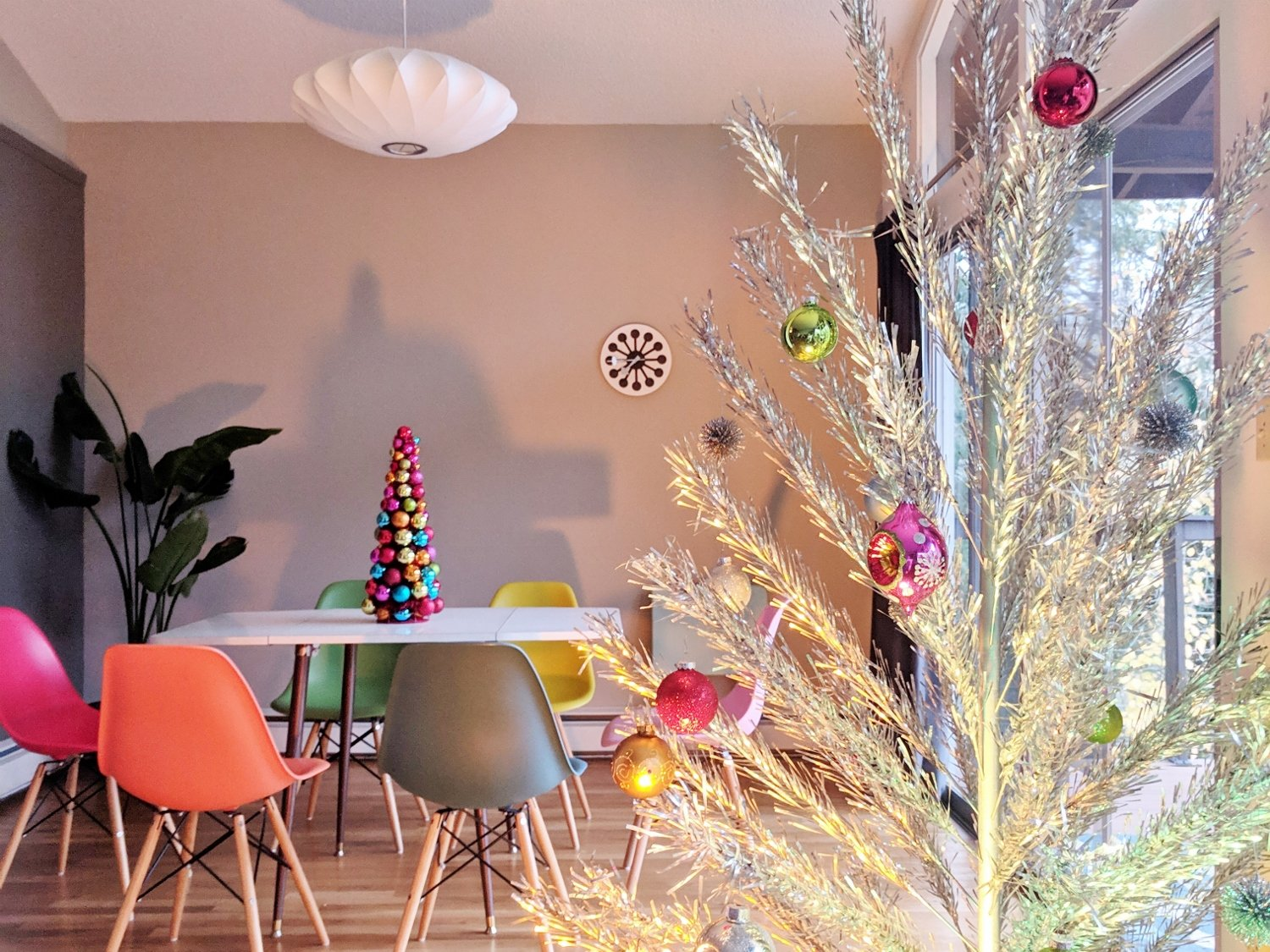 Here s Everything You Need for a Mid Century Modern Christmas