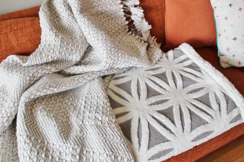 The Coziest Throw Blankets for Your Mid-century Home: A mid-century modern blanket doesn't have to be stark and simple. These blankets are modern and pretty while still being cozy enough for a sacred afternoon nap. | Hammer & a Headband