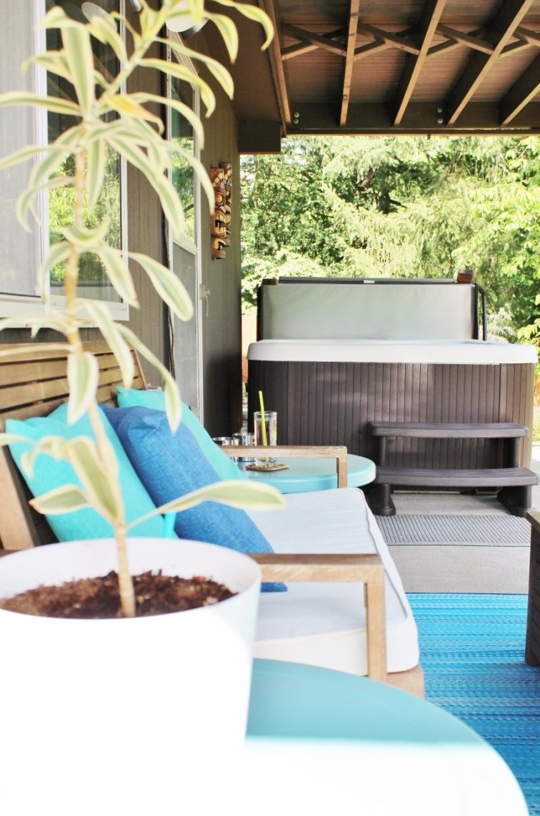 Modern patio with turquoise accessories