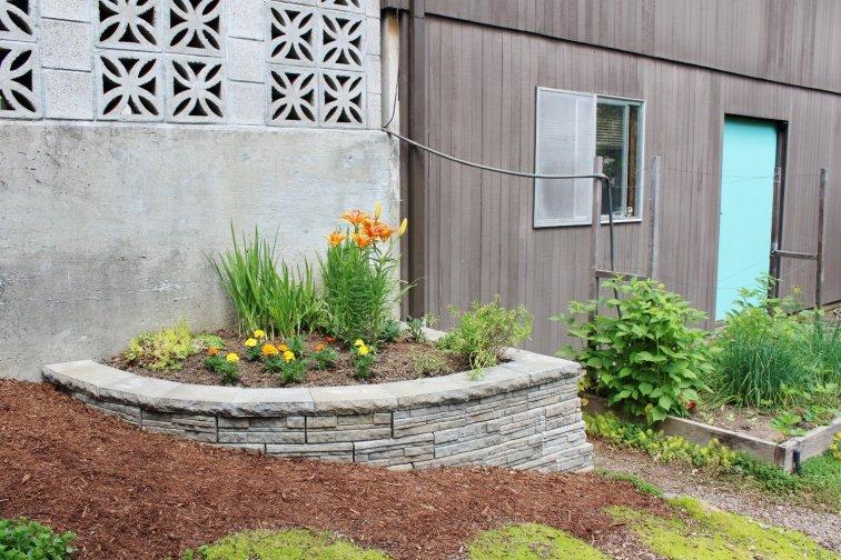 Mid-century modern ledgewall blocks in backyard retaining wall planter