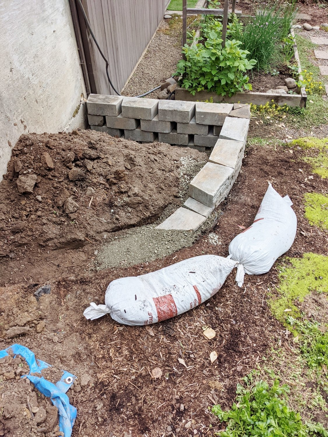 Using paver gravel under small retaining wall base
