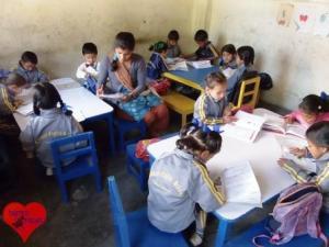 Schulkinder in der Compact English School