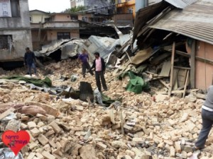 Wir leisten Erdbebenhilfe in Dörfern und in Kathmandu.
