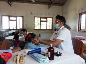 Unseren Medical Camps bieten kostenfreie medizinische Versorgung für Kinder in Nepal.