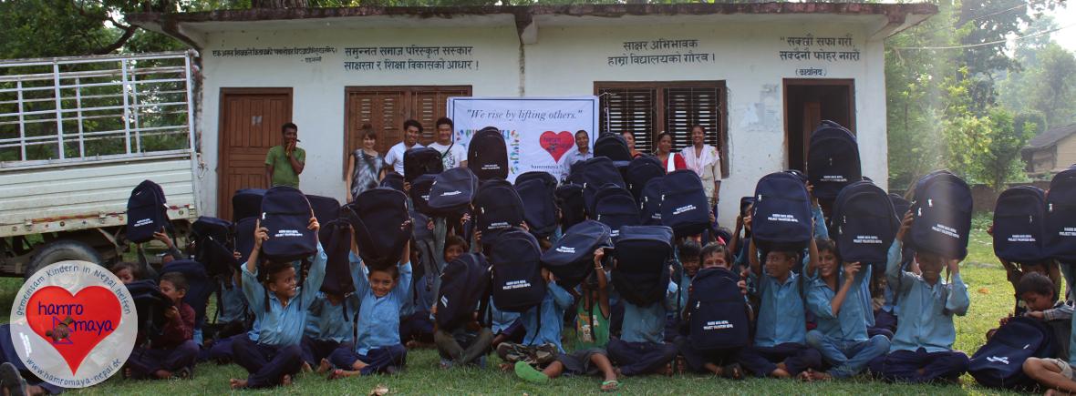 Eine Schultasche für jedes Kind im Distrikt Bardia.
