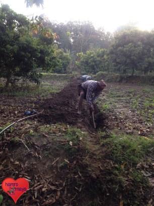Die Dorfbewohner packen auch hier an und graben Aushöhlungen für die Wasserleitung.