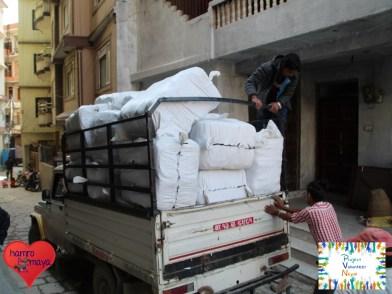 25 Säcke mit jeweils 100 Schultaschen machen sich auf dem Weg zum Transportunternehmen.
