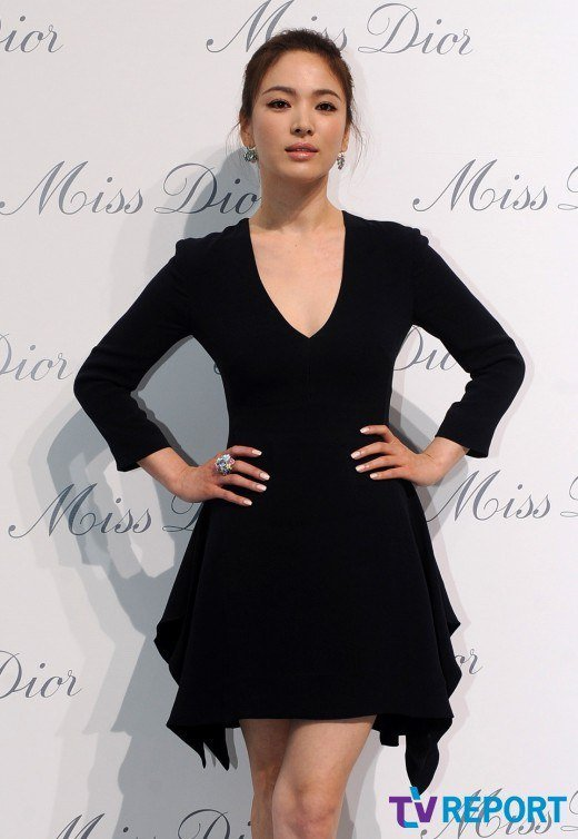 Song Hye Kyo Reveals Her Black Dress At The Miss Dior