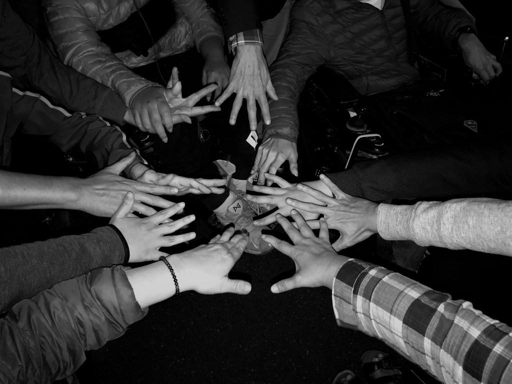 手天使成員們的手部聚集在一起的照片