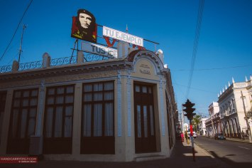 cuban building with che guevara sign