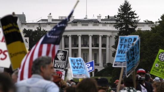 Gegner des Irak-Kriegs 2005 vor dem Weißen Haus: Gesamtkosten von 2,2 Billionen Dollar. Quelle: dpa