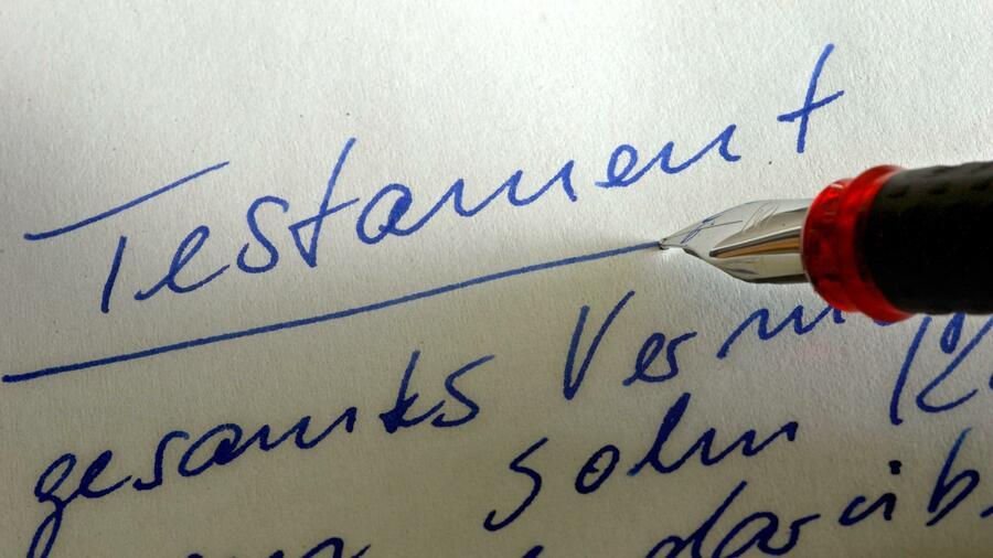 Während ein Testament einfach handschriftlich hinterlassen werden kann, ist ein Erbvertrag nur vor dem Notar gültig. Quelle: dpa