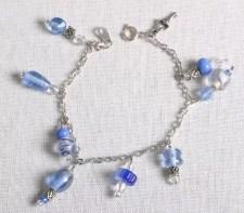 Armband, berlocker i metall och blått