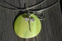 Halsband i silvertråd, med snäckskal trollslända