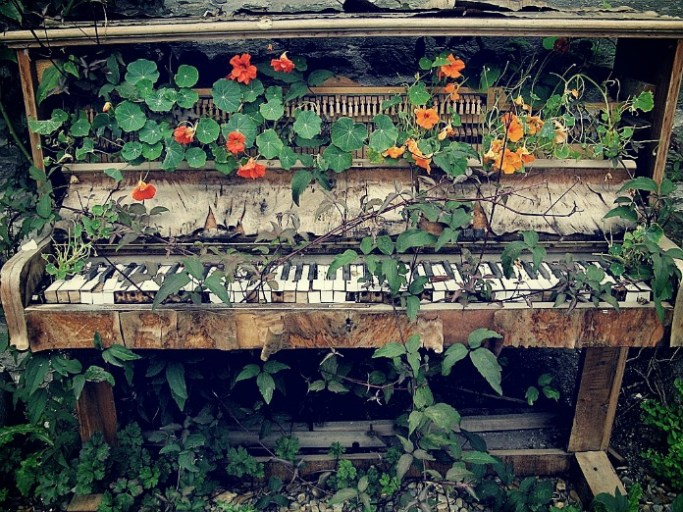 Piano_with_flowers