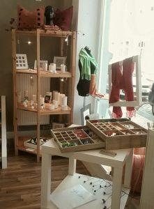Foto vom Verkaufsraum im Atelier Ziege (hinterer Teil)