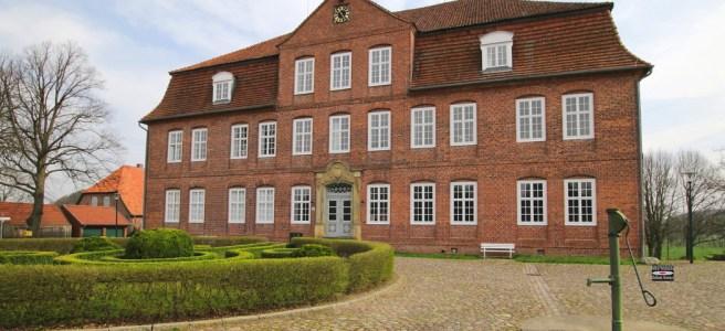 Vorderansicht des Schlosses Plüschow