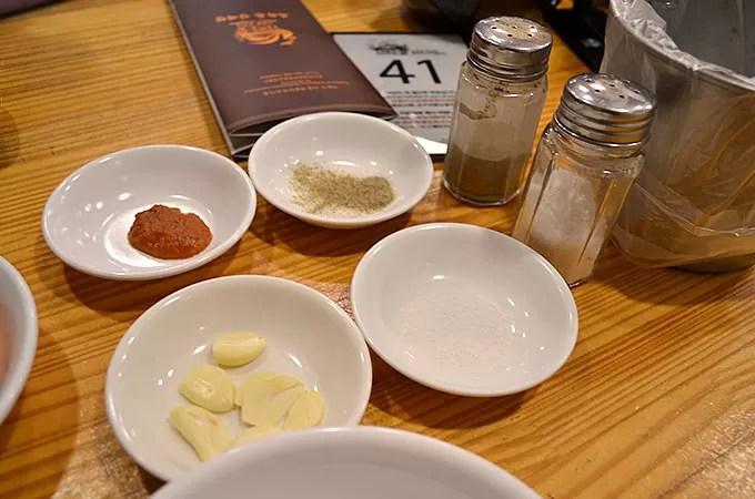 こしょうと塩を小皿に入れ混ぜ合わせます。