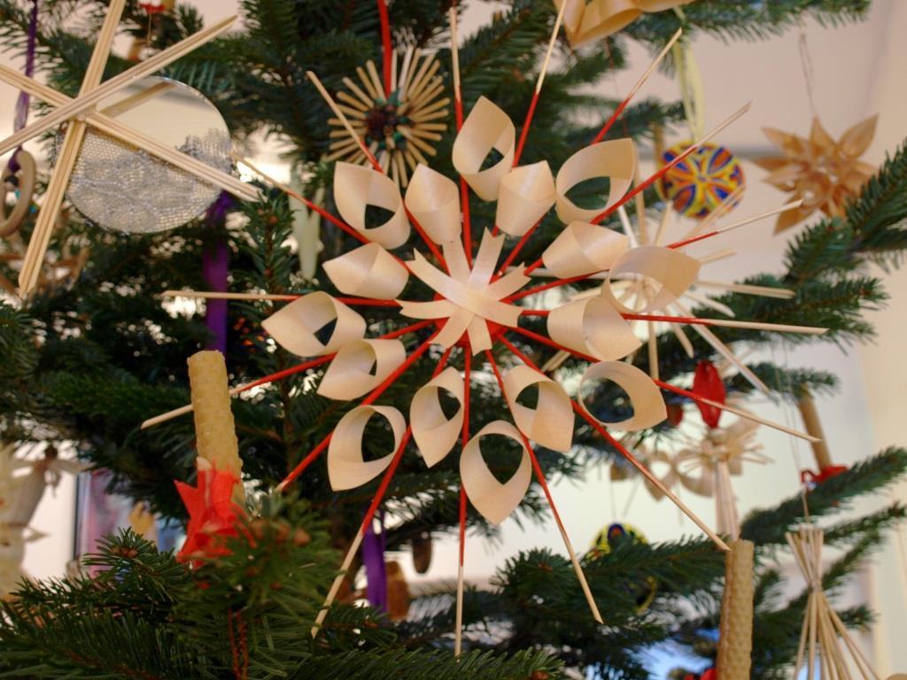 Weihnachtsbaum-Schmuck aus Span und Holz