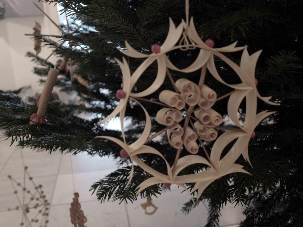 Schmuck für den Weihnachtsbaum aus Span mit roten Holzperlen