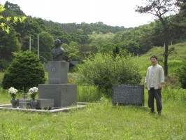Ko Baek-yong at the grave of Myung Jae-nam