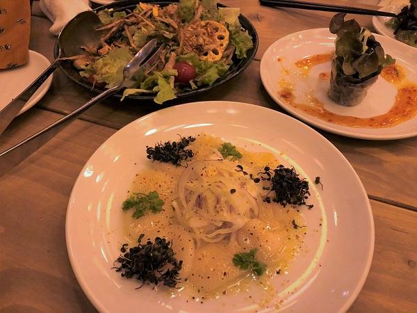 ★オリエンタルバル ランタン 有楽町店。ホタテのカルパッチョ、左奥は、スパイシーな季節野菜フライドサラダ