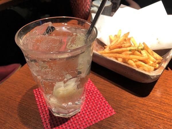「青柚子秋葉原店」の寿司屋のがりサワーとアンチョビポテトフライ