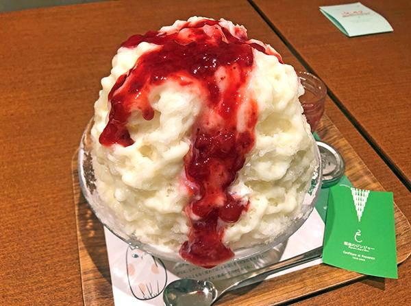 202009銀座のジンジャー銀座本店のかき氷「ストロベリー」。苺のコンフィチュールをかけたところ