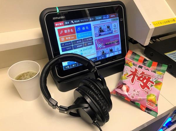 202107ひとりカラオケ専門店「ワンカラ」神田駅前店で。今日のおやつとヘッドフォン