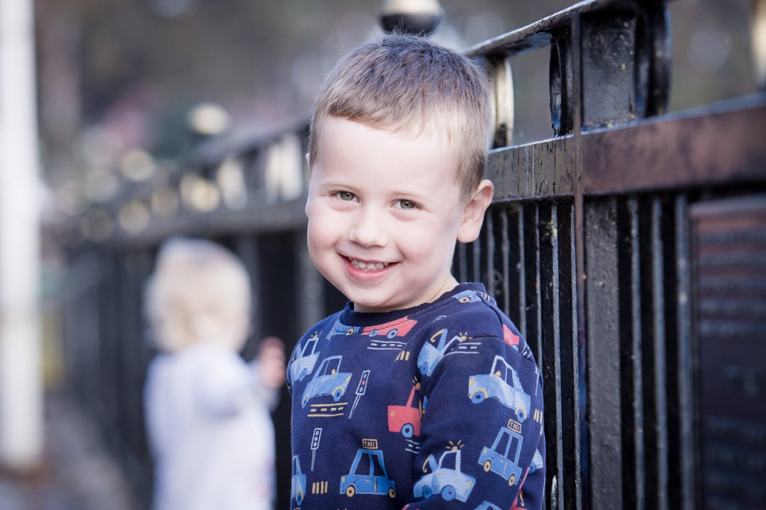 roath park lake family portraits - hannah timm photography
