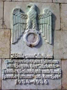 Inschrift an der Fackelträgersäule