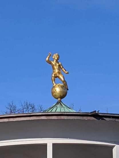 Putto auf dem Dach des Musikpavillons