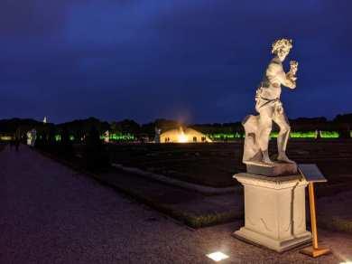 Illuminierte Statue im großen Garten