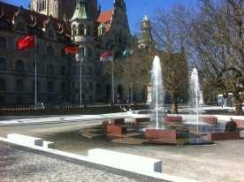 Blick auf den Brunnen vor dem Rathaus
