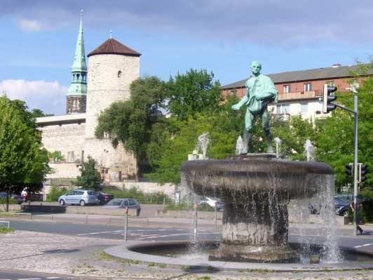 Brunnen mit Beginenturm und Kreuzkirche